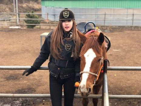 Blackpink-Rose-Instagram-2018-Horse-Riding