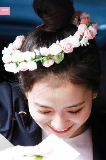 Blackpink-Jisoo-top-knot-bun-hairstyle-2