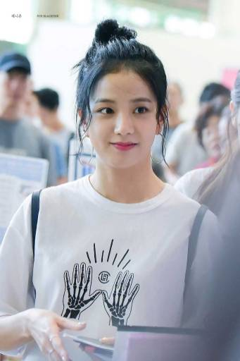 Blackpink-Jisoo-top-knot-bun-hairstyle-4