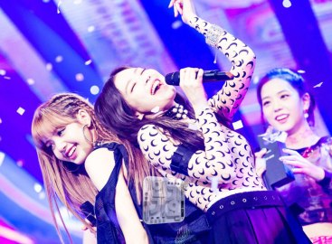 BLACKPINK-Jennie-Lisa-SBS-Inkigayo-24-June-2018-PD-Note