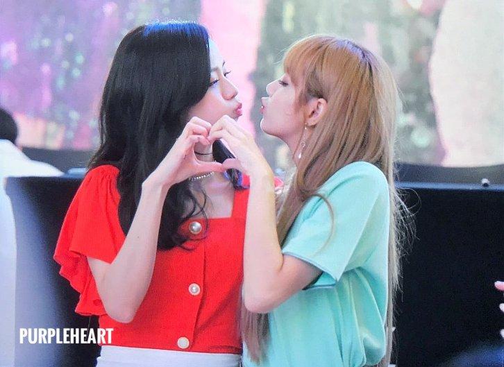 BLACKPINK Jisoo Lisa kiss Fansign event Yeouido July 8, 2018 IFC Atrium