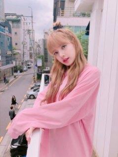 BLACKPINK-Lisa-Instagram-photo-pink-outfit-2