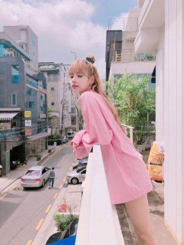 BLACKPINK-Lisa-Instagram-photo-pink-outfit-5