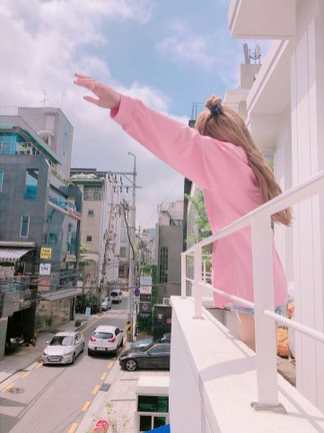 BLACKPINK-Lisa-Instagram-photo-pink-outfit-6