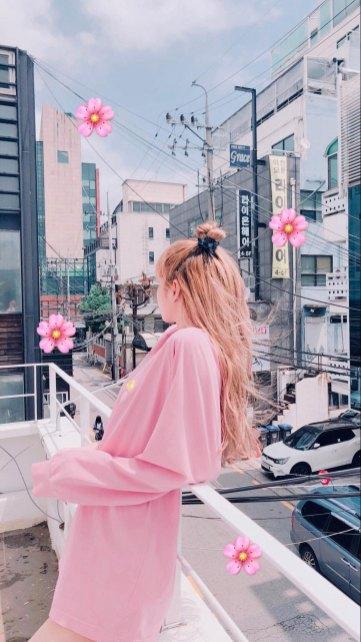 BLACKPINK-Lisa-Instagram-photo-pink-outfit