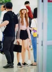 BLACKPINK-Lisa-airport-fashion-4-july-2018-photo-4