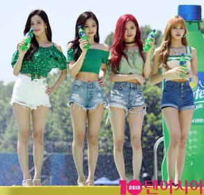 BLACKPINK-SPRITE-ISLAND-WATERBOMB-FESTIVAL-SEOUL-21-July-2018-photo-21