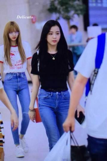 BLACKPINK-UPDATE-Jisoo-Lisa-Airport-Photo-20-July-2018-Back-From-Japan
