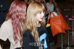 BLACKPINK-UPDATE-Lisa-Airport-Photo-Fashion-22-July-2018-japan-arena-tour-17