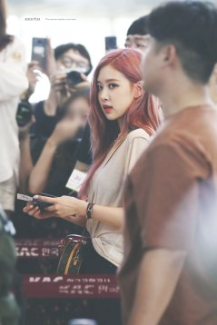 BLACKPINK-UPDATE-Rose-Airport-Photo-Fashion-22-July-2018-japan-arena-tour-21