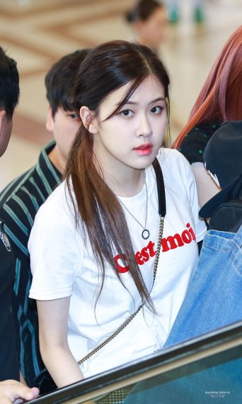 Blackpink Rose airport photo 26 August 2017 white tshirt 2