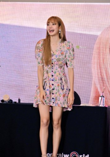 BLACKPINK LISA moonshot central world fansign event bangkok thailand 105