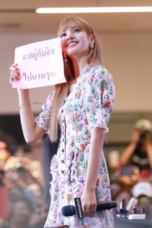 BLACKPINK LISA moonshot central world fansign event bangkok thailand 14