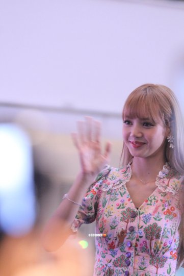 BLACKPINK LISA moonshot central world fansign event bangkok thailand 3