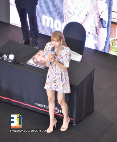 BLACKPINK LISA moonshot central world fansign event bangkok thailand 36