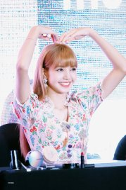 BLACKPINK LISA moonshot central world fansign event bangkok thailand 50