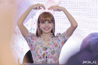BLACKPINK LISA moonshot central world fansign event bangkok thailand 56