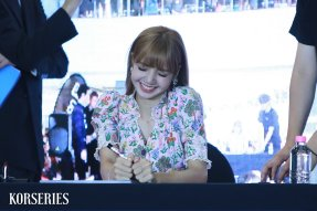 BLACKPINK LISA moonshot central world fansign event bangkok thailand 63