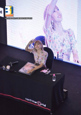 BLACKPINK LISA moonshot central world fansign event bangkok thailand 68
