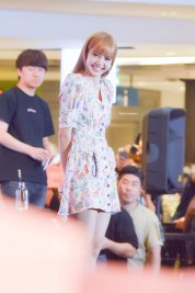 BLACKPINK LISA moonshot central world fansign event bangkok thailand 81