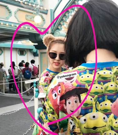 cover-BLACKPINK-Rose-spotted-at-Tokyo-DisneySea-3