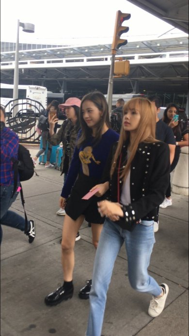 19-BLACKPINK Lisa JFK Airport Photo New York City