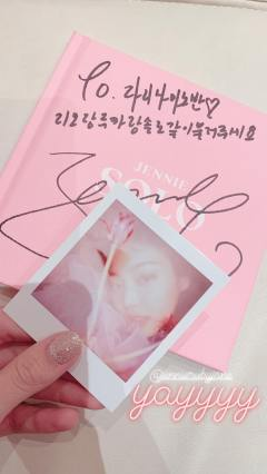 Lisa shows Signed Jennie SOLO Photobook