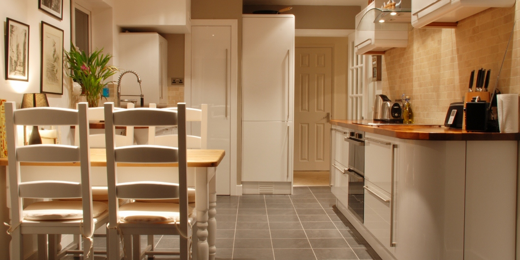 Curved White Laquer With Wooden Worktops