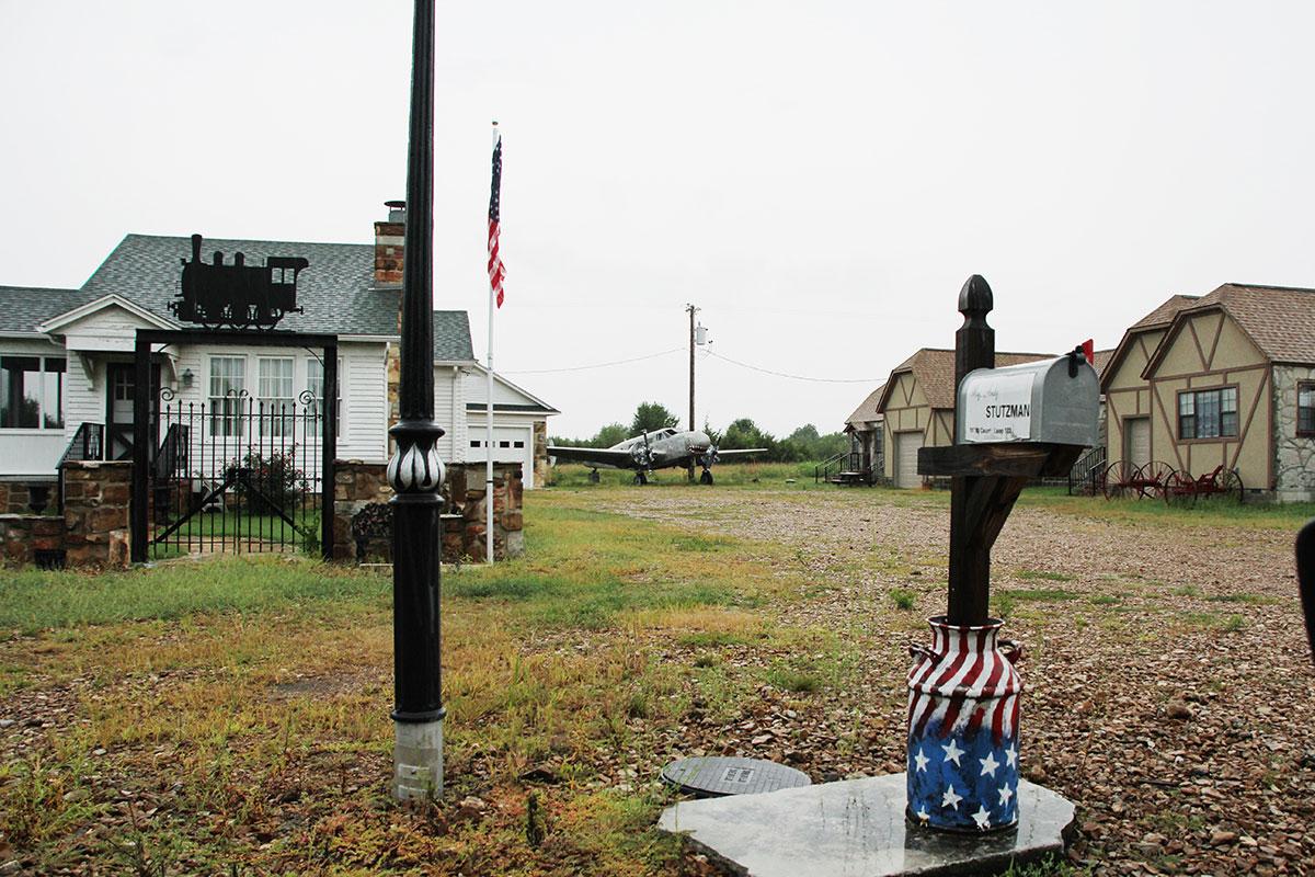 Red Oak II, cittadina degli anni Trenta ricostruita: stazione, aereo d'epoca e fienili