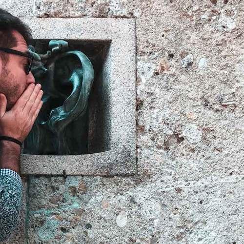 Daniele che parla a una statua-orecchio