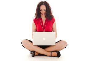 Flavia seduta a gambe incrociate con il suo mac book air