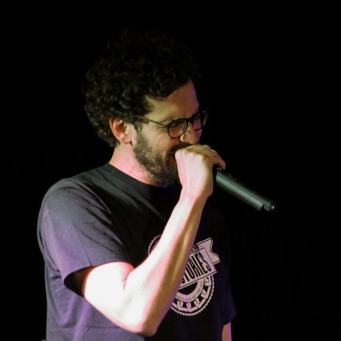 Le travail d'un comédien durant un workshop de théâtre d'improvisation sur Toulouse en chantant