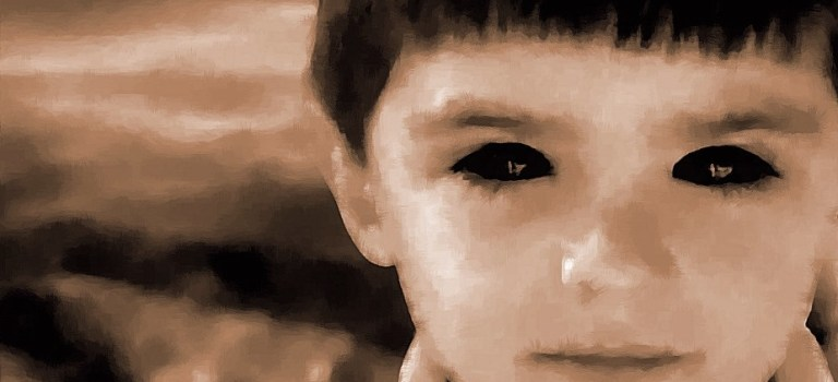 【都市傳說】看到小孩來搭訕,一定要注意眼睛:黑眼魔童/黑瞳小孩傳說