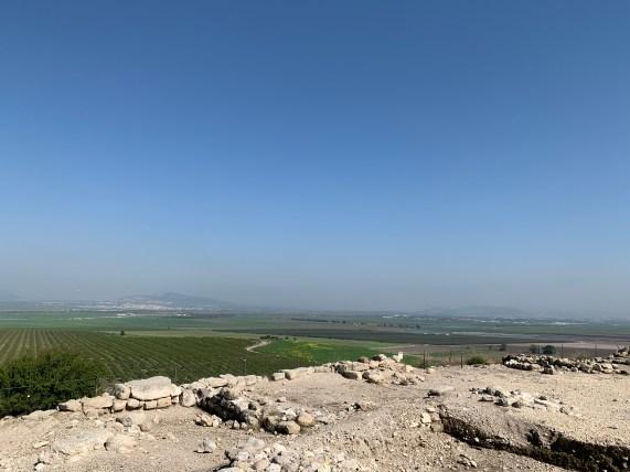 Megiddo (Hebrew: מְגִדּוֹ، Arabic: المجیدو) Blick auf die Ebene Megiddo.