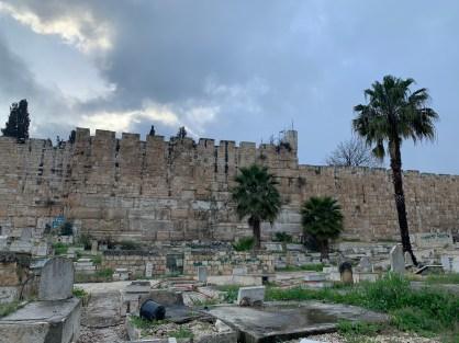 Hinter der alten Stadtmauer bei Al-Aksa ist ein muslimischer Friedhof. Auf der anderen Talseite ist der Ölberg.