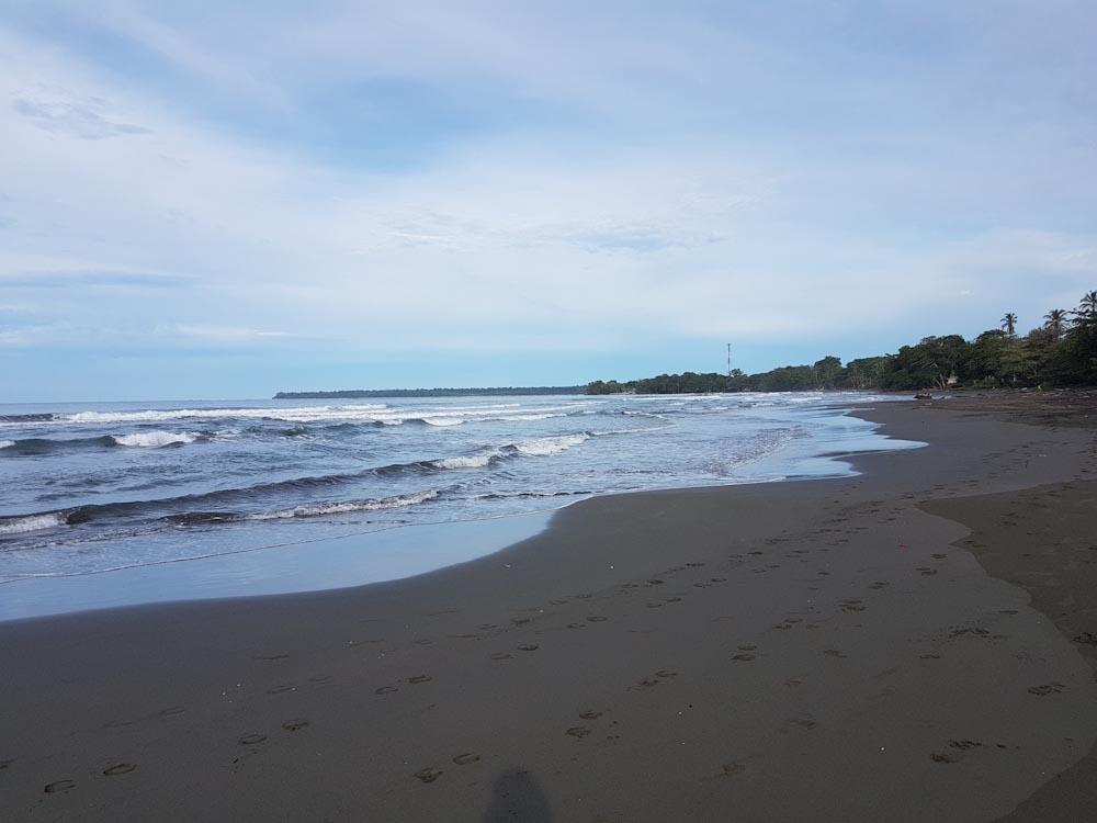 Playa Negra besticht durch den dunklen Sand.