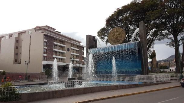 Im Orellana Pumaqchupan Park steht dieser wunderschöne Brunnen