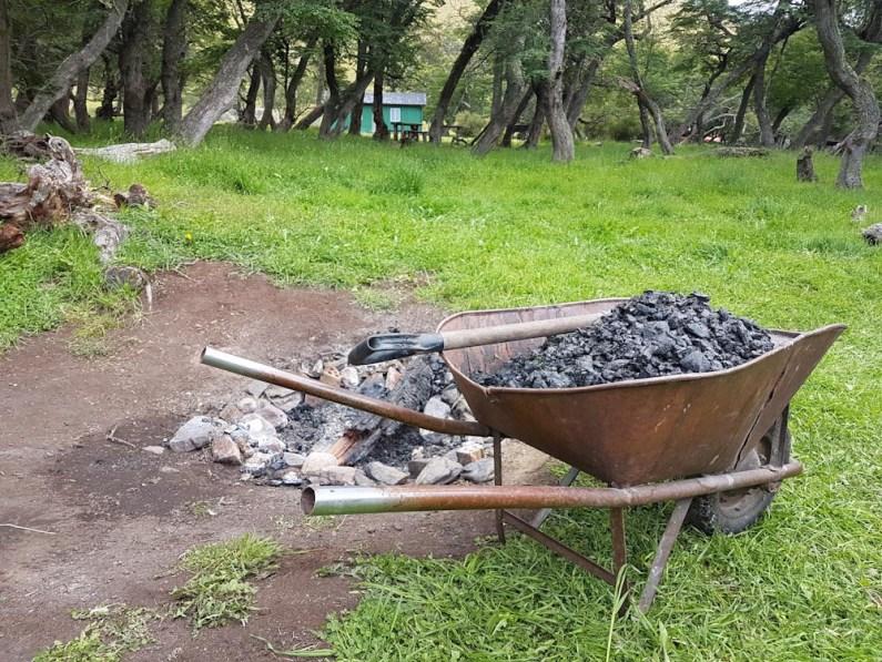 Eine meiner Tätigkeiten: Feuerstellen von Asche befreien