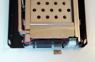 Bij te hard duwen, breekt een SATA connector af