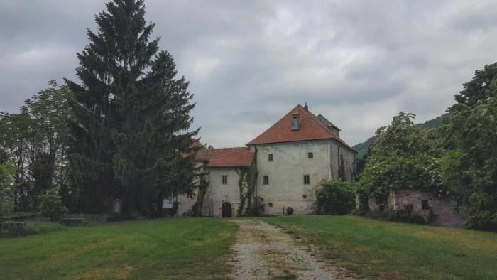 Tu podno Plešivice skrio se Oršić, dvor koji je svakojakih intriga vidio a danas stoji po strani sanjajući prošlost i čekajući budućnost
