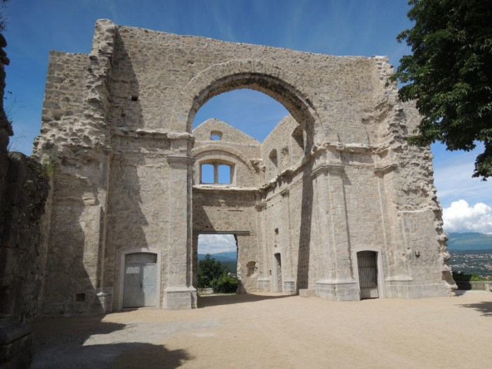 Crekvina možda nikad nije bila sagrađena do kraja, niti je poznato tko ju je gradio, no znamo da je trebala biti najveća crkva na ovoj strani Jadrana