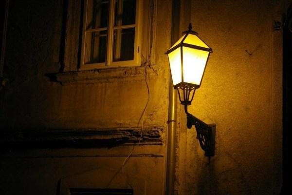 Noćni Zagreb bio je opasan i zlokoban, sve dok jednom nisu stigli čuvari noći - nažigači koje su palili i održavali stotine gradskih lampi