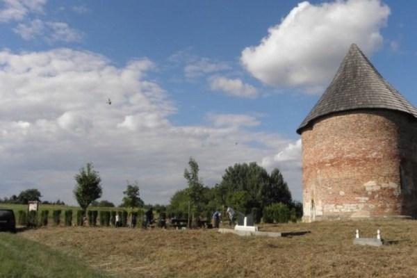 Na nekoć prvoj liniji obrane od Turaka stoji kapela nalik tornju po kojoj je nazvano obližnje selo
