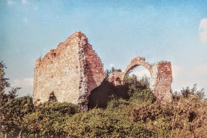 O Rokovačkim zidinama malo je poznato, jesu li to ostaci samostana, crkve ili mošeje , ne znaju ni najbliži susjedi