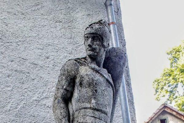 Nebeski zaštitnik vatrogasaca kao da čuva ulaz u zaboravljeni dvorac Severin