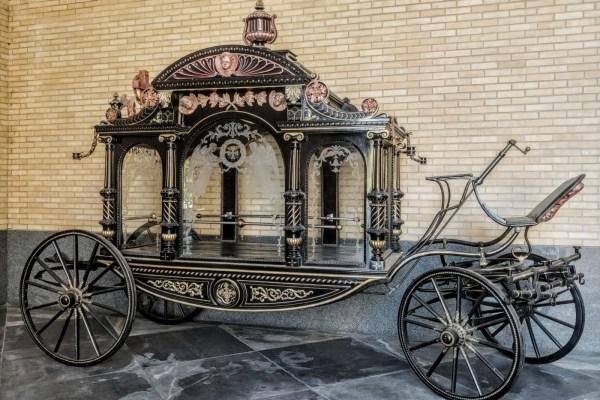 Pogrebna kočija Stjepana Radića parkirana je u predvorju dvorane zagrebačkog Krematorija