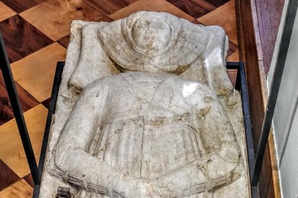 Na rijetkom spomeniku lik je Dominike, davno umrle mlade žene zbog koje znamo kako je izgledala moda u to doba