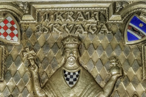 Najveći majstori generacije prionuli su i napravili mitsku knjigu o kralju Tomislavu, vladara su optočili grbovima i poludragim kamenjem