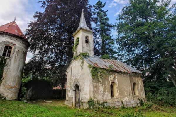 Oronula i ogoljena, malena kapela zaštitnika vatrogasaca u dvorištu dvorca na litici samo je kulisa koja čeka neko drugo vrijeme