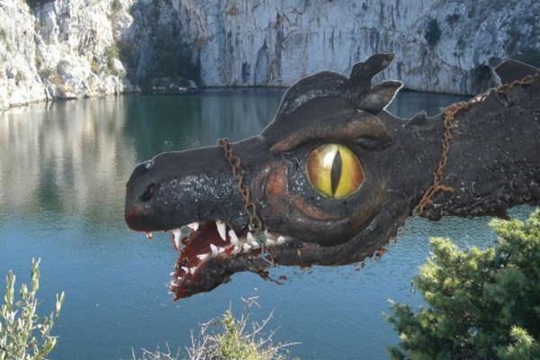 Kad voda mirnog jezera iznenada proključa i miris sumpora obavije kraj, to je kažu, izdah drevne zvijeri koja na dnu Zmajskog oka nemirno spava